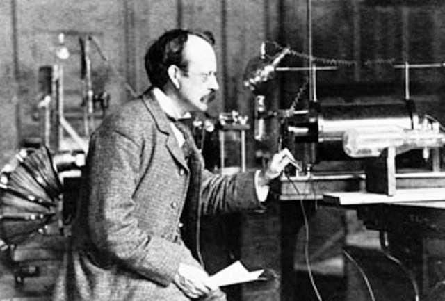 Voilà plus d'un siècle, Joseph John Thomson (1856-1940) faisait la découverte de l'électron et mesurait sa masse. Bien avant Robert Brout, François Englert et Peter Higgs, les théoriciens de l'époque comme Lorentz et Poincaré avaient déjà entrepris de calculer la masse de l'électron. © Cavendish Laboratory, université de Cambridge