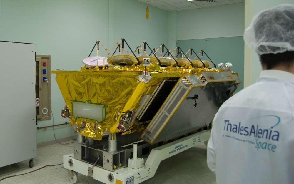 Un satellite Internet d'O3b avec ses 12 antennes qui seront pointées sur la Terre. © Rémy Decourt