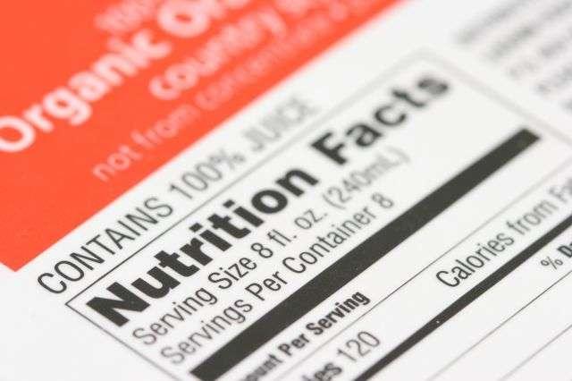 Les aliments se ressemblent parfois mais ne se valent pas tous. Faire attention à ce qu'ils comportent, en lisant l'étiquette alimentaire, permet d'éviter de manger trop calorique et de prévenir l'obésité. © Christophe Testi, shutterstock.com