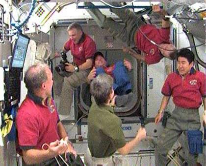 L'équipage d'Endeavour (mission STS-123) rejoint l'expédition 16 de l'ISS. © Nasa TV