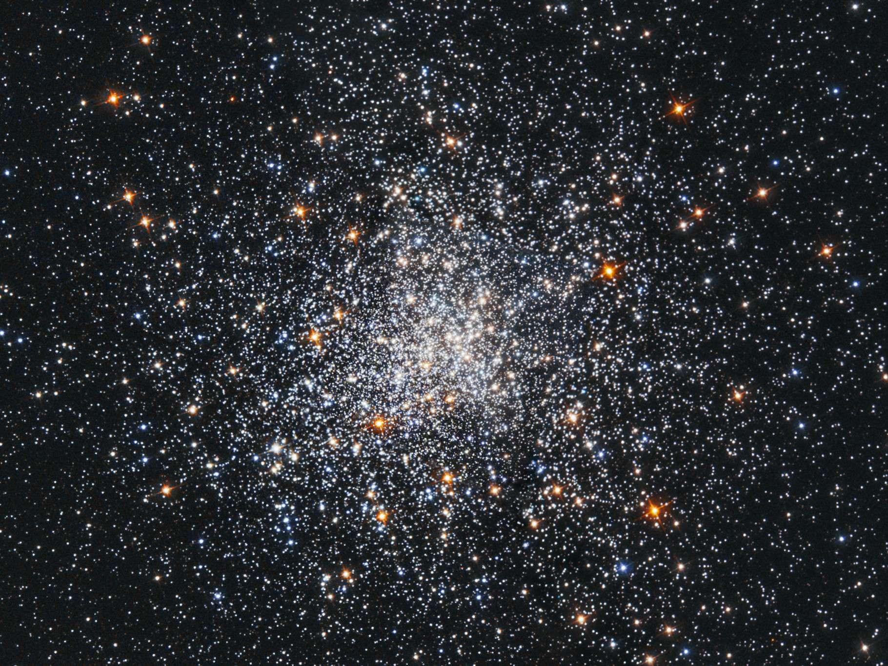 L'amas globulaire M79 — reconstitué ici par une combinaison d'images prises en 1995 et 1997 —, situé dans la constellation de la Lire, a été découvert en 1780. Il est situé à environ 41.000 années-lumière de notre Soleil. © Nasa/ESA ; S. Djorgovski (Caltech) and F. Ferraro (University of Bologna)