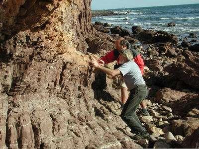 Les géologues Chris von der Borch (avant-plan) et David Mrofka (arrière-plan) recherchant des preuves de suintements de méthane dans des sédiments anciens en Australie du Sud. Crédit : M. Kennedy, UC Riverside