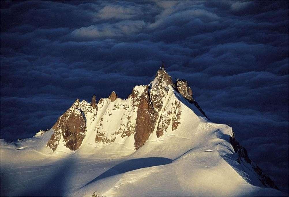 L'Aiguille du Midi, dans les Alpes, photographié par Yann Artus-Bertrand. Une image extraite de notre galerie.