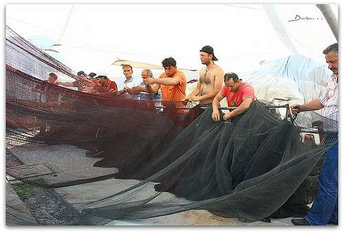 Pêcheurs réparant leur filet © Duru... CC-by