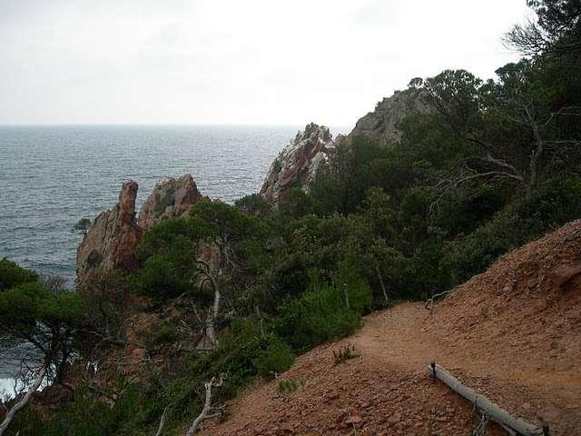 Le sentier littoral, visible à droite, est une des créations de la loi littoral en faveur de l'accès au public et de la valorisation du littoral. © Bernard CC by-nc-nd 3.0