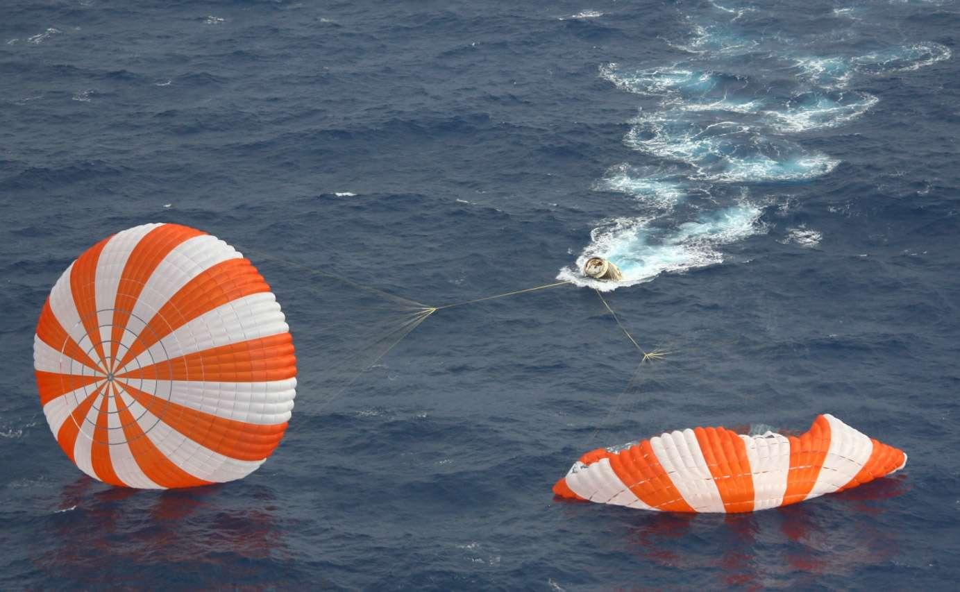 Malgré un incident au décollage, la première mission commerciale de l'histoire se solde par un succès. La capsule Dragon est retournée sur Terre en sécurité en amerrissant au large des côtes californiennes. © SpaceX