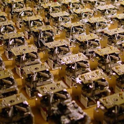 De tels essaims de microrobots peu coûteux pourraient à l'avenir remplir certaines taches dangereuses ou dans des endroits inaccessibles © GNU Swarmbot