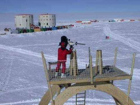 Une vue de la station Concordia, au cœur de l'inlandsis antarctique avec, au premier plan, un télescope. Sur ces grandes étendues glacées, en effet, les nébulosités et les précipitations sont exceptionnellement faibles, plus rares que dans un désert. Pourtant, au fil des siècles et des millénaires, la neige s'accumule et se transforme en glace sous son propre poids. © Station Concordia