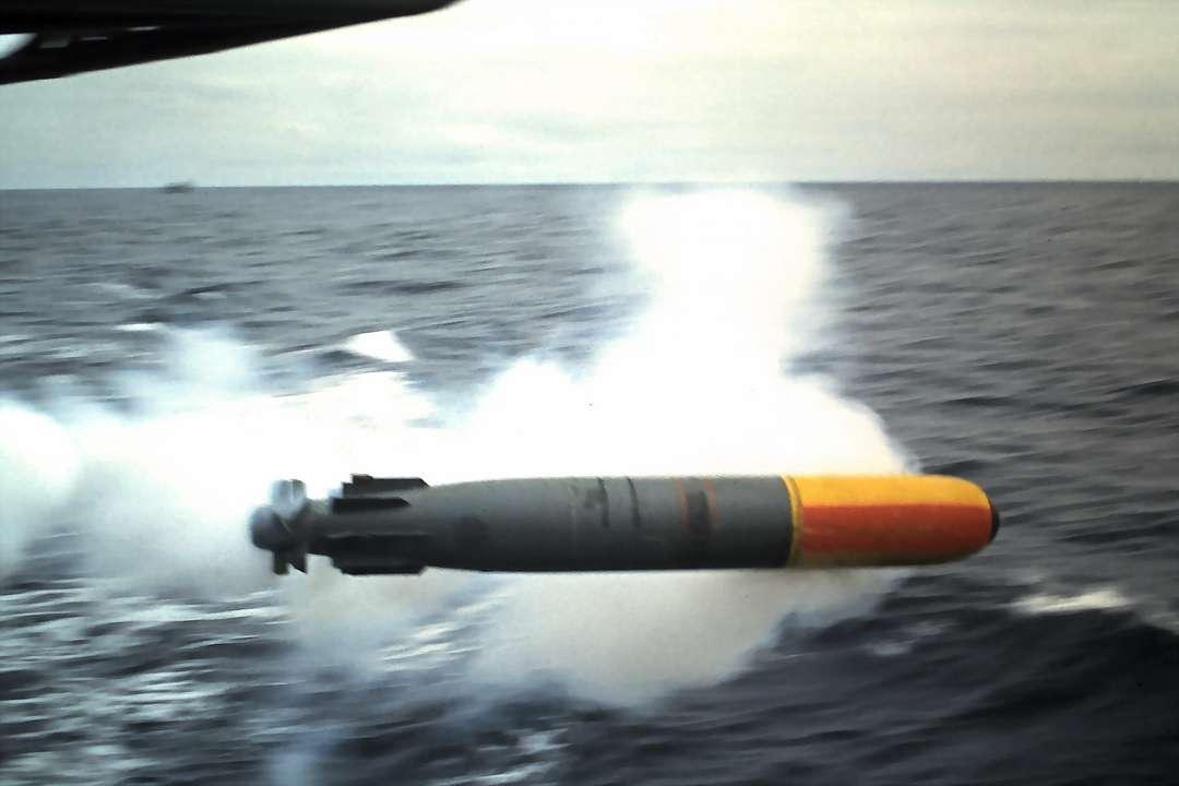 Lancement d'une torpille L3 d'exercice à bord de l'escorteur d'escadre Kersaint en 1970. © Licorne37, Wikipédia