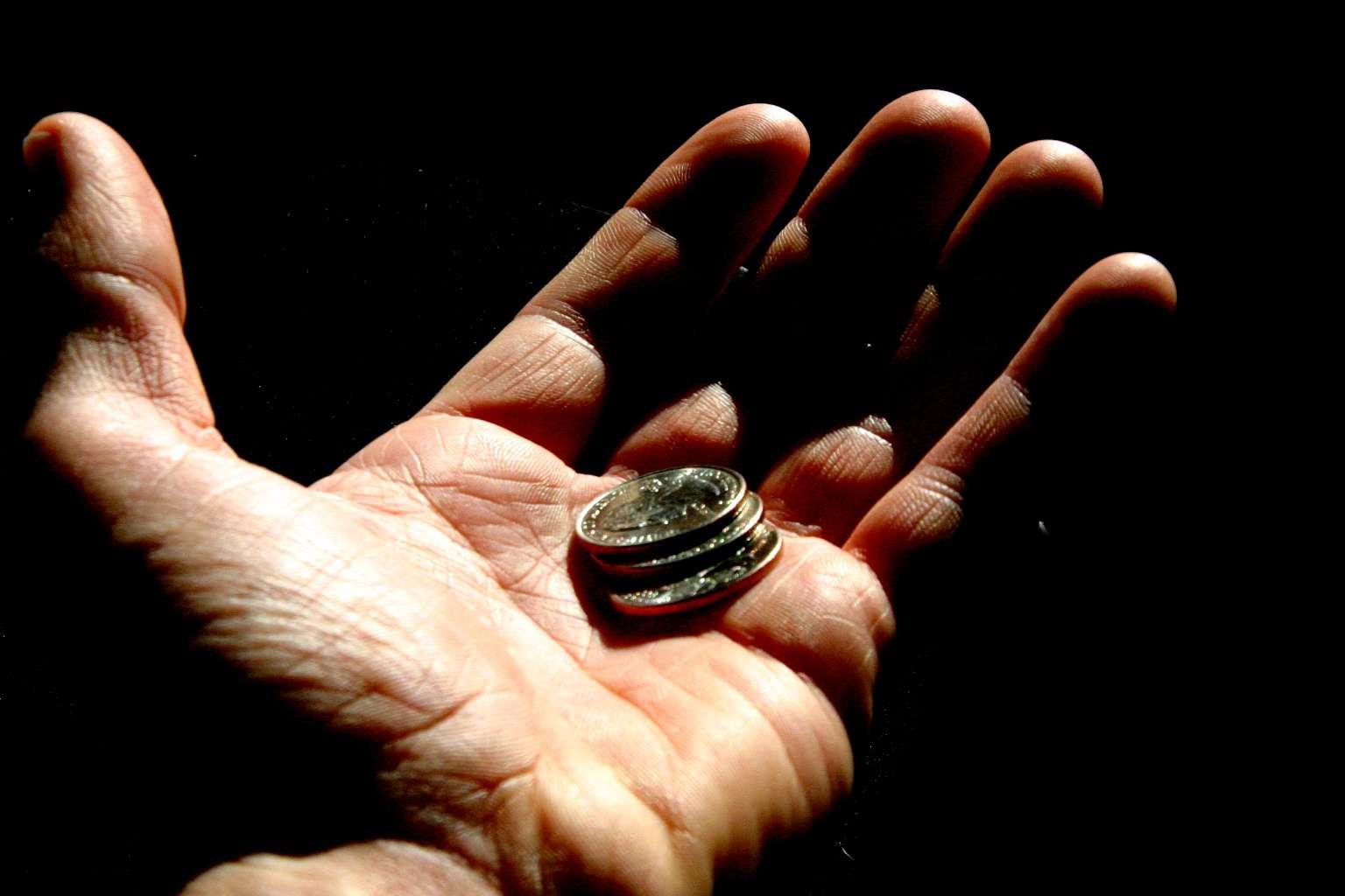 Donner de l'argent à un mendiant ou à une association caritative, s'impliquer dans l'humanitaire, s'arrêter pour aider son homologue… l'altruisme existe sous diverses formes. Mais est-il toujours visible ? © Imagebase.net