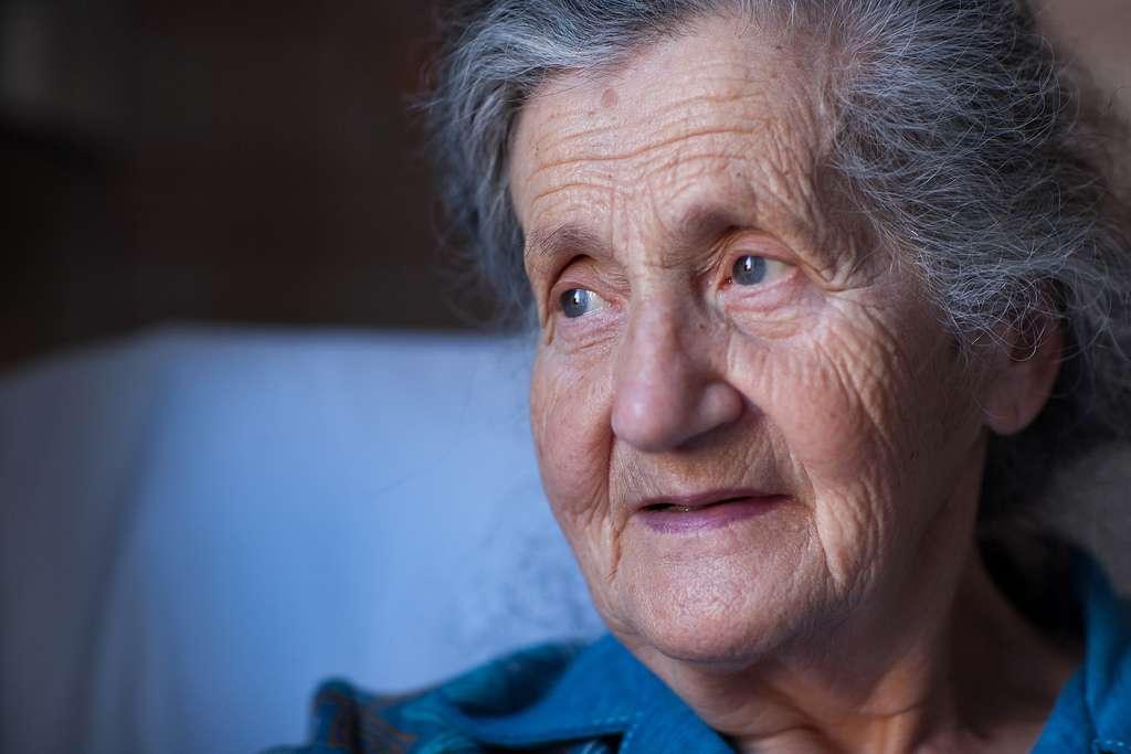 Désormais, les personnes âgées disposeront d'un moyen qui permettra de leur venir en aide en cas de chute, même si elles vivent seules. © Marmotte73, Flickr, cc by nc sa 2.0