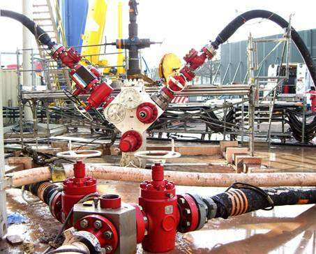 """Début, le 2 décembre 2006, de l'injection d'eau sous haute pression dans la faille géothermique à 5000 mètres de profondeur. Cette image montre l'""""arbre de Noël"""", surnom donné à l'ensemble de vannes coiffant la tête de puits. Crédit Geothermal Explorers L"""