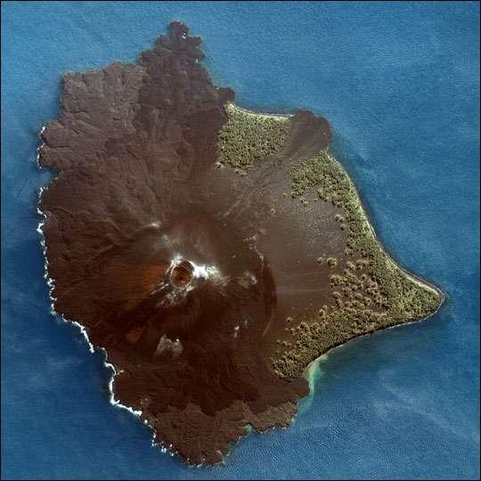 Le Krakatau est un volcan de type explosif situé dans le détroit de la Sonde en Indonésie. Il a donné naissance à une nouvelle île en 1927 : l'Anak Krakatau. En 1999, l'altitude maximale de ce site était de 300 m. Il continue toujours de grandir, d'éruption en éruption. © Nasa, DP