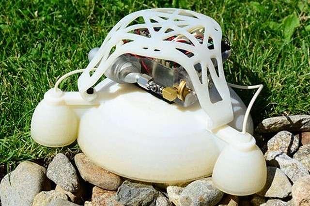 Ce robot aux allures d'engin spatial inaugure une nouvelle technique de fabrication par impression 3D qui permet de créer une structure à la rigidité graduelle qui protège les parties les plus fragiles tout en assurant une souplesse à même d'absorber les chocs. © Wyss Institute at Harvard University