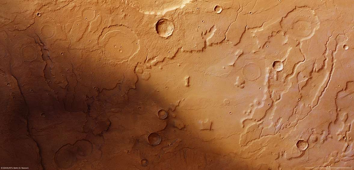 La zone de transition entre le plateau de Tempe Terra (en haut de l'image) et la plaine d'Acidalia Planitia suggère que des écoulements d'eau ont façonné de profondes vallées qui rappellent le Colorado. La résolution est d'environ 15 mètres par pixel. © Esa/DLR/FU Berlin (G. Neukum)
