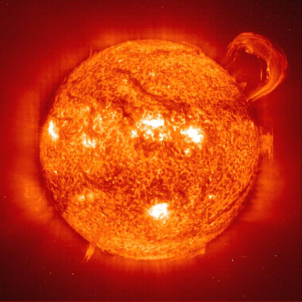 Cette photo montre notre étoile en fausse couleur rouge mais en pleine forme. Notre Soleil brille actuellement en brûlant de l'hydrogène, le convertissant en hélium dans son cœur. Lorsque celui-ci sera presque exclusivement formé de cet élément, des changements dans notre étoile en fin de vie se produiront et elle deviendra une géante rouge avant de mourir lentement sous la forme d'une naine blanche. © Soho - EIT Consortium, Esa, Nasa