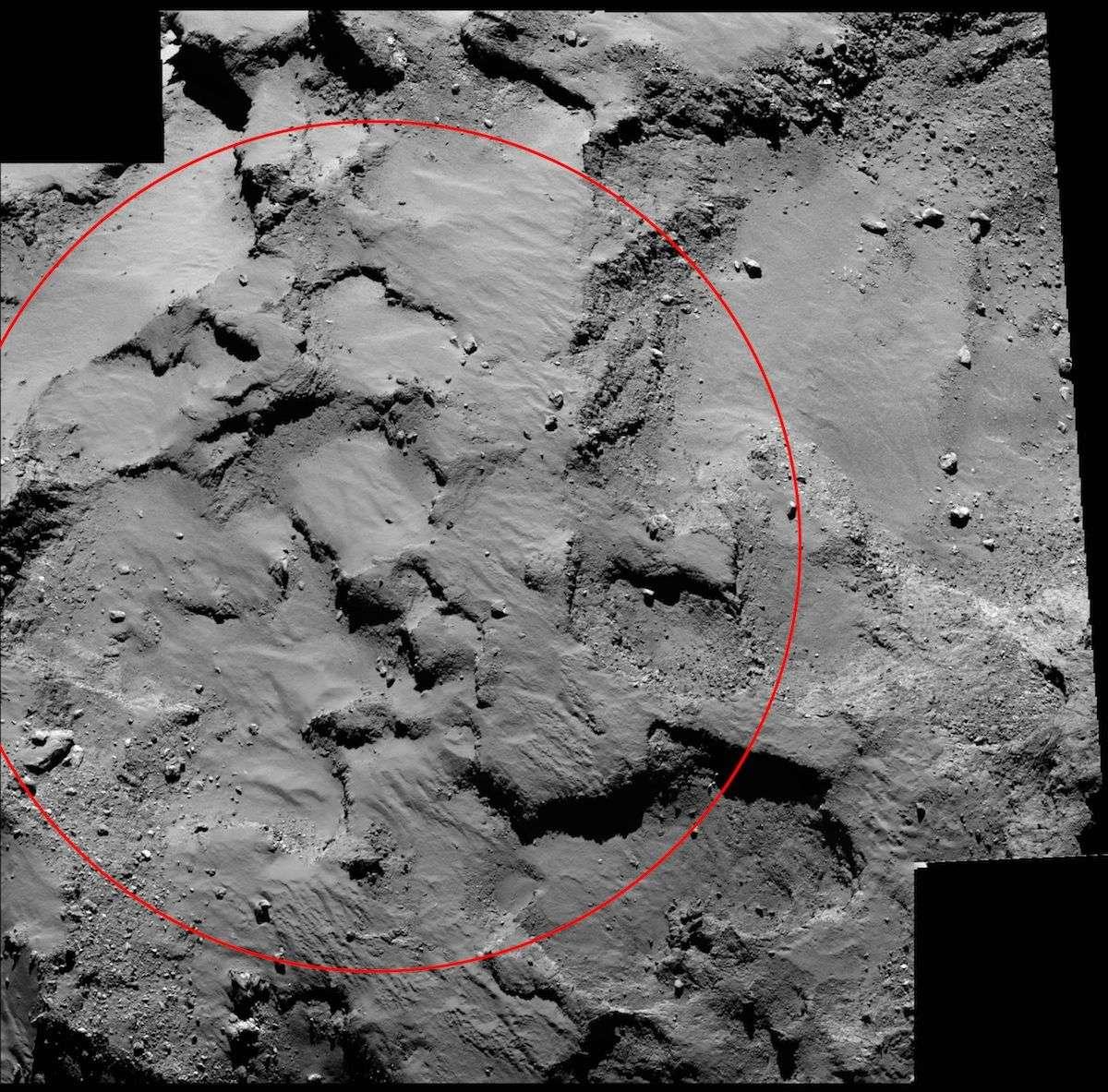 Détail du site Agilkia, où Philae doit se poser, quelque part à l'intérieur du cercle rouge, d'un diamètre de 500 m. Ces deux images, d'une résolution de 50 cm par pixel, ont été prises par la caméra Osiris de la sonde Rosetta, le 14 septembre à environ 30 km de distance. © Esa, Rosetta, MPS pour Osiris, UPD, Lam, IAA, SSO, INTA, UPM, DAPS, Ida