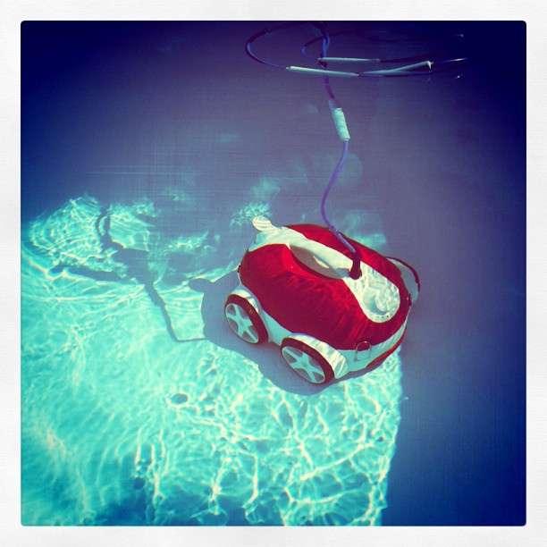 L'aspirateur de piscine est un accessoire indispensable au bon fonctionnement de votre piscine. Le choix entre une version manuelle ou automatique dépend notamment du temps que vous pouvez consacrer au nettoyage de votre piscine. © 96bot, Flickr, cc by 2.0