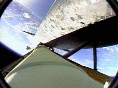 Bloc de mousse s'éloignant du réservoir ventral, où se situe la caméra. Capture NasaTV