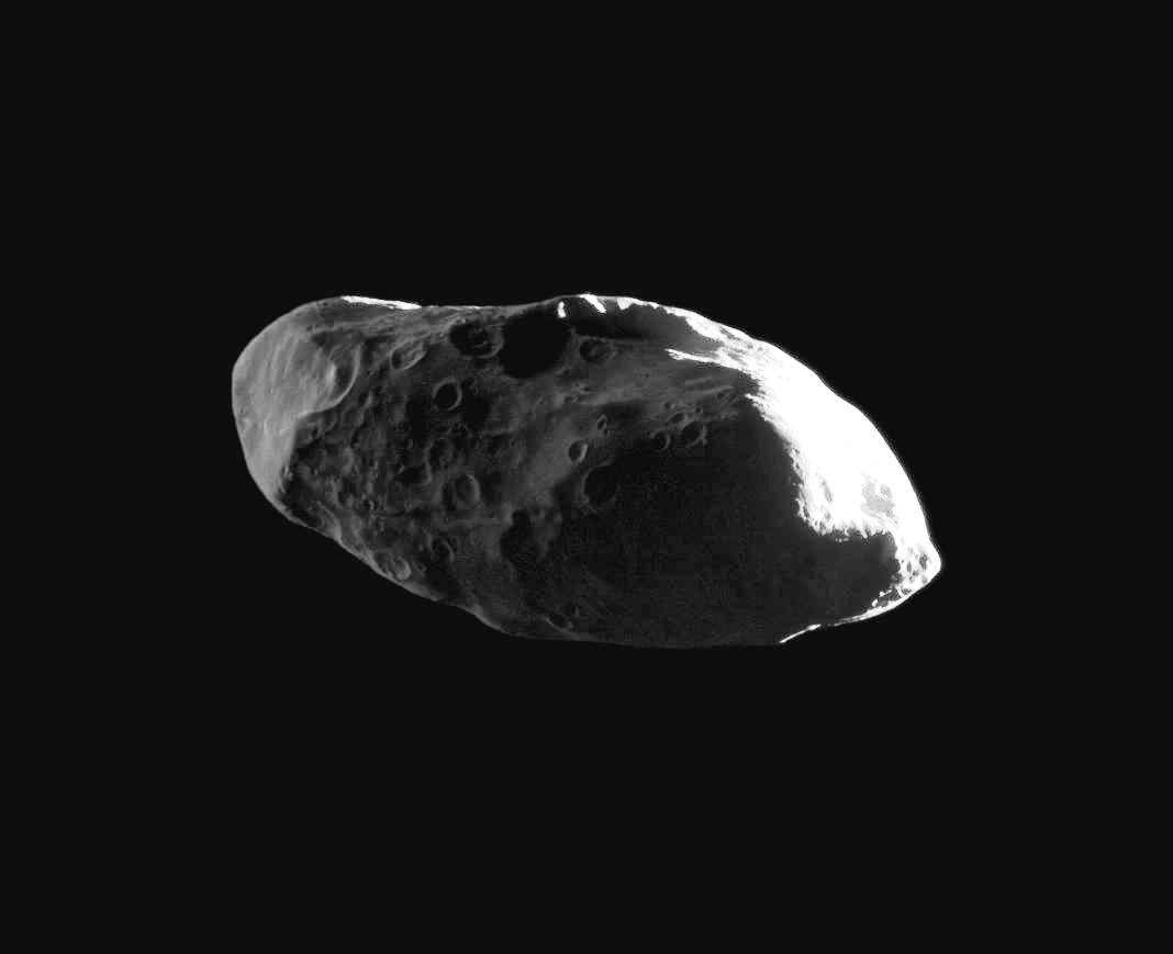 Prométhée est un petit satellite irrégulier, qui mesure 119 km par 87 km par 61 km. Il présente de nombreuses vallées et falaises ainsi que plusieurs cratères d'une vingtaine de kilomètres de diamètre. Il agit comme lune bergère interne de l'anneau F de Saturne. Il fut découvert en octobre 1980 à partir des photographies prises par la sonde Voyager 1. On le voit ici photographié par Cassini. © Nasa