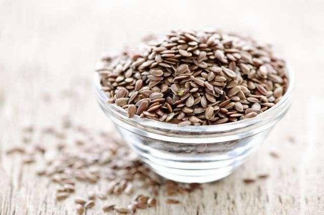 Riches en acides gras polyinsaturés et en oméga-3, les graines de lin sont particulièrement recommandées aux personnes atteintes de sclérose en plaques (SEP). © Elena Elisseeva, shutterstock.com