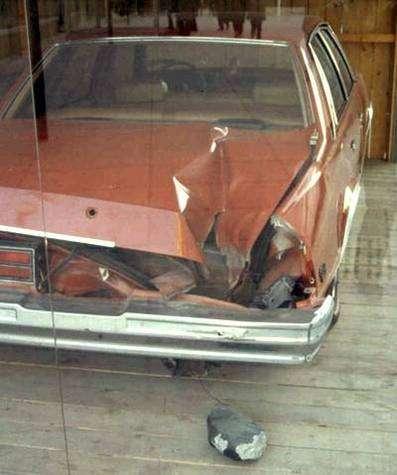 Voiture détruite par la chute d'un fragment de la même météorite (Peekskill, NY, 9 octobre 1992)