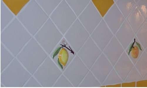 Remplacer une faïence murale est une étape délicate pour obtenir ensuite un rendu propre. © DR