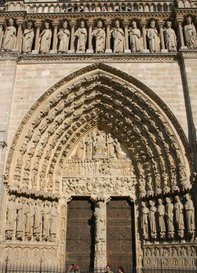 Un portail est généralement l'entrée d'un édifice à l'aspect monumental. Ici le portail de la cathédrale Notre-Dame de Paris. © Arnaud Gaillard, CC BY SA 1.0, Wikipédia Commons