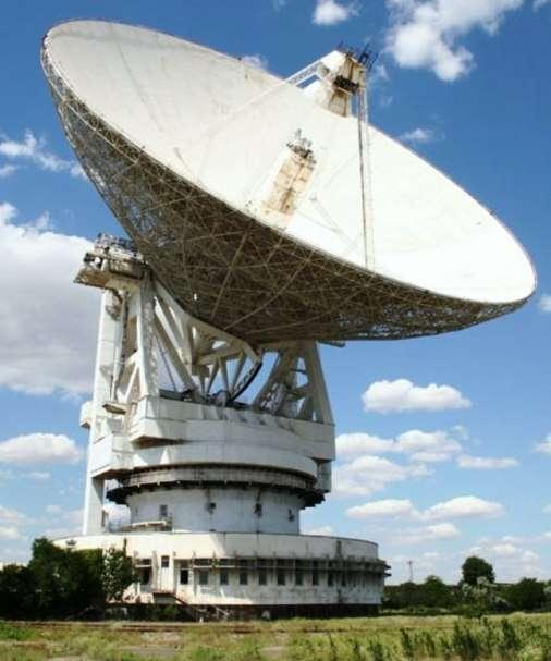 Une vue du radiotélescope Yevpatoria RT-70 de 70 mètres de diamètre situé à Eupatoria, en Ukraine. C'est l'un des plus grands radiotélescopes une pièce du monde. © Wikipédia-S. Korotkiy, CC by sa 3.0