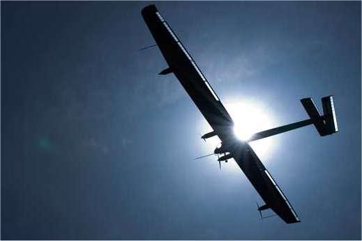 L'immense avion électrique Solar Impulse HB SIA effectue sa première balade aérienne ce 7 avril 2010 au-dessus de l'aérodrome de Payerne (Suisse, canton de Vaud). © Solar Impulse / Stéphane Gros