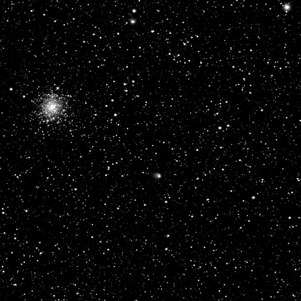 Photographiée ici le 30 avril par Rosetta, la comète 67P/Churyumov-Gerasimenko arbore une chevelure déjà longue de 1.300 km, signe d'une reprise d'activité. Sa distance avec le Soleil sera le 4 mai de 610 millions de kilomètres. Son noyau, d'une taille estimée à quatre kilomètres, est voilé par son atmosphère de gaz et de poussières. Vues depuis la Terre, Rosetta et la comète qu'elle poursuit traversent la constellation du Sagittaire. Cependant, du point de vue de la sonde spatiale, l'astre chevelu était alors dans Ophiuchus, dans le voisinage (visuel) de l'amas globulaire M107. © Esa, Rosetta, MPS (Osiris), UPD, Lam, IAA, SSO, INTA, UPM, DASP, IDA