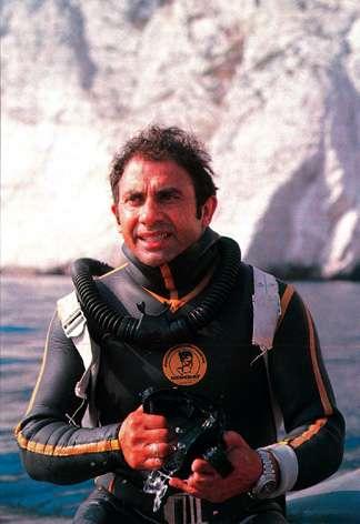 Albert Falco pratiqua la plongée libre dans la calanque de Sormiou dès son plus jeune âge. Il fut initié à la plongée en scaphandre par Georges Beuchat. Cette photographie a été prise vers 1975. © Archives Beuchat International SAS, Wikimedia common, CC by-sa 3.0