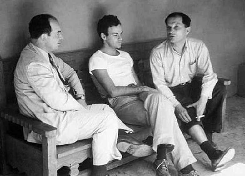 De droite à gauche, trois des plus grands génies du XXe siècle : Stanislaw Ulam, Richard Feynman et John von Neumann. Ulam et von Neumann comptent parmi les pionniers de l'utilisation des ordinateurs en physique et en mathématiques, notamment avec l'utilisation de générateurs de nombres pseudo-aléatoire et la méthode de Monte Carlo. Feynman est lui l'un des premiers contributeurs à la théorie des ordinateurs quantiques. © Emilio Segrè, Visual archives
