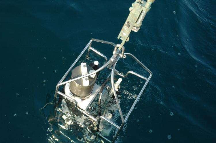 Mise à l'eau d'une sonde pour mesurer la pression, la température, la salinité et la fluorescence. © CNRS/Délégation Côte d'Azur, John Pusceddu
