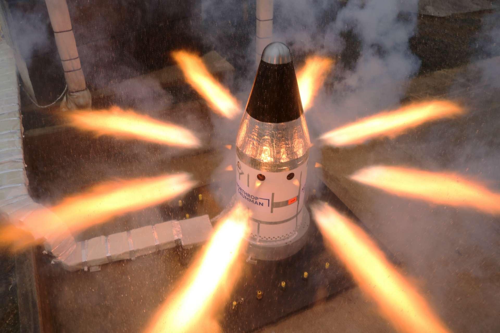 Le test spectaculaire du moteur contrôlant l'attitude du LAS sur la capsule Orion. © Nasa, Northrop Grumman
