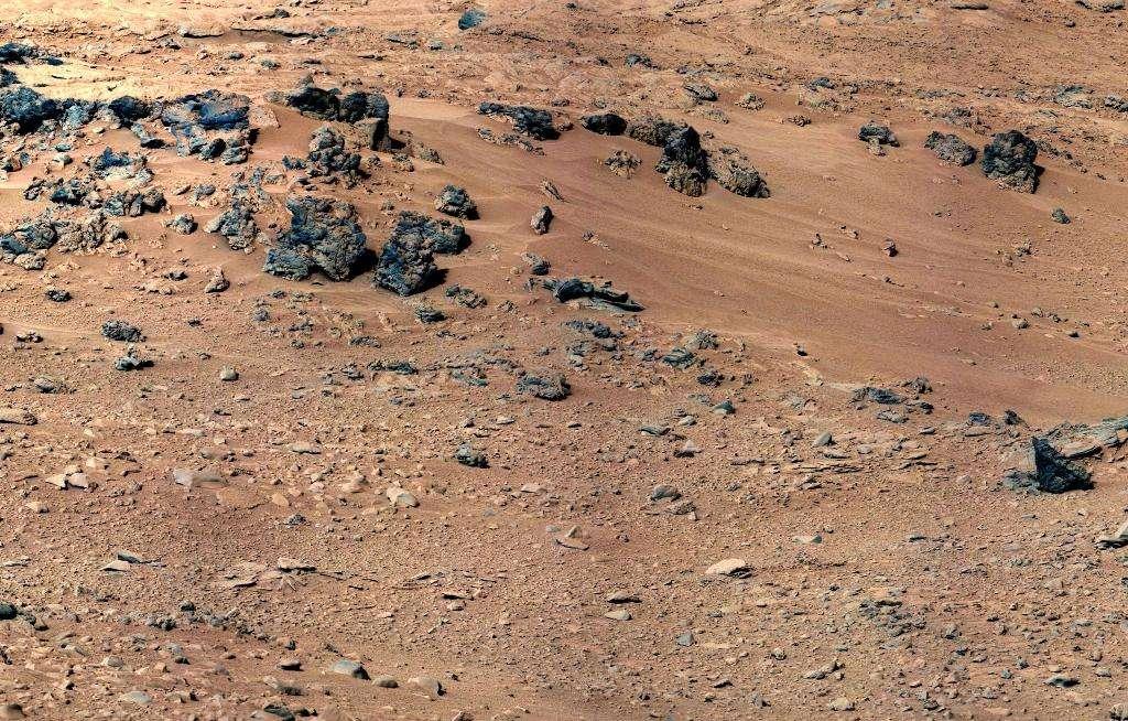 Le site de Rocknest photographié en 2012 par Curiosity. Les analyses chimiques du sol martien par le rover sont venues compléter les leçons que l'on avait déjà tirées des analyses des missions Viking. Le sol martien ressemble étonnamment à certains sols volcaniques que l'on trouve à Hawaï. Il est donc possible de reconstituer celui de Mars. © Nasa