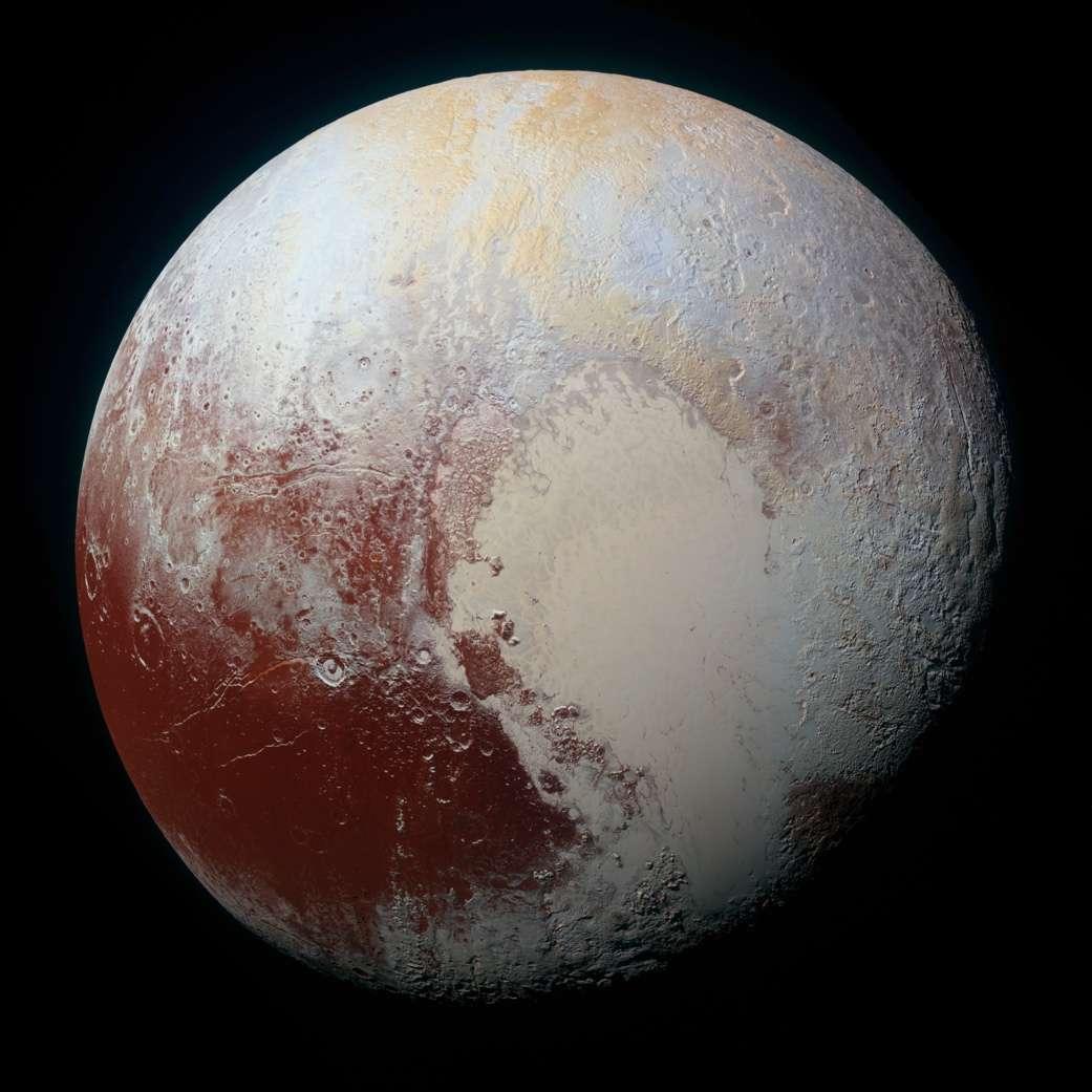 Portrait composite de Pluton combinant les images bleu, rouge et infrarouge prises le 14 juillet 2015 avec l'instrument Ralph/MVIC (Multispectral Visual Imaging Camera) de New Horizons. La résolution est de 1,3 km par pixel. Pour l'apprécier dans ses moindres détails, nous vous recommandons de télécharger la version en très haute résolution (70,8 Mo) et de vous y égarer. © Nasa, JHUAPL, SwRI