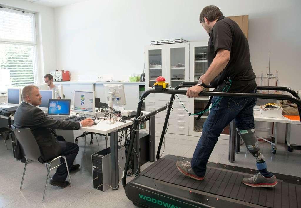 Avec sa nouvelle jambe artificielle lui restituant une partie des sensations liées à la marche, Wolfgang Rangger retrouve une partie des activités qu'il pratiquait avant son amputation et sa vie s'est sensiblement améliorée. © AFP Photo, Samuel Kubani