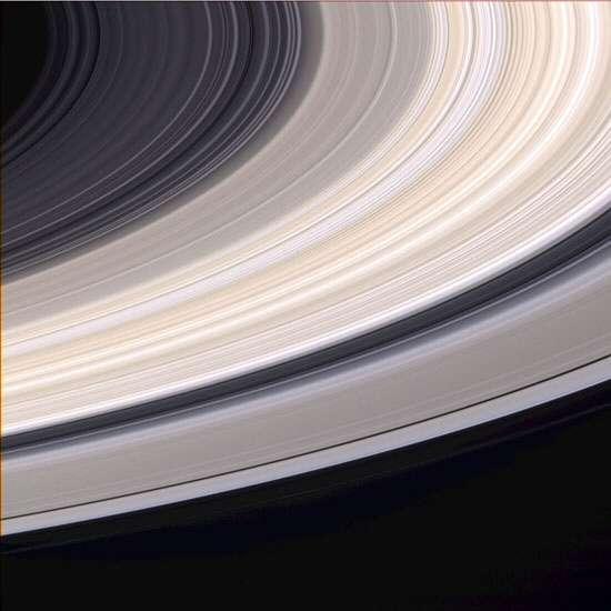 La planète Saturne est surtout célèbre pour ses anneaux (ici en couleurs naturelles), très majoritairement composés de glace. © Nasa