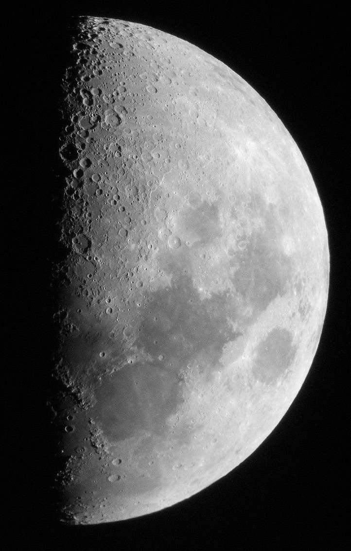 Le premier quartier de Lune au télescope révèle les fausses mers et les cratères de notre satellite. © J.-B Feldmann