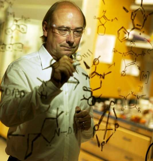 Le chimiste Guy Bertrand en plein travail. © UC Riverside L Duka