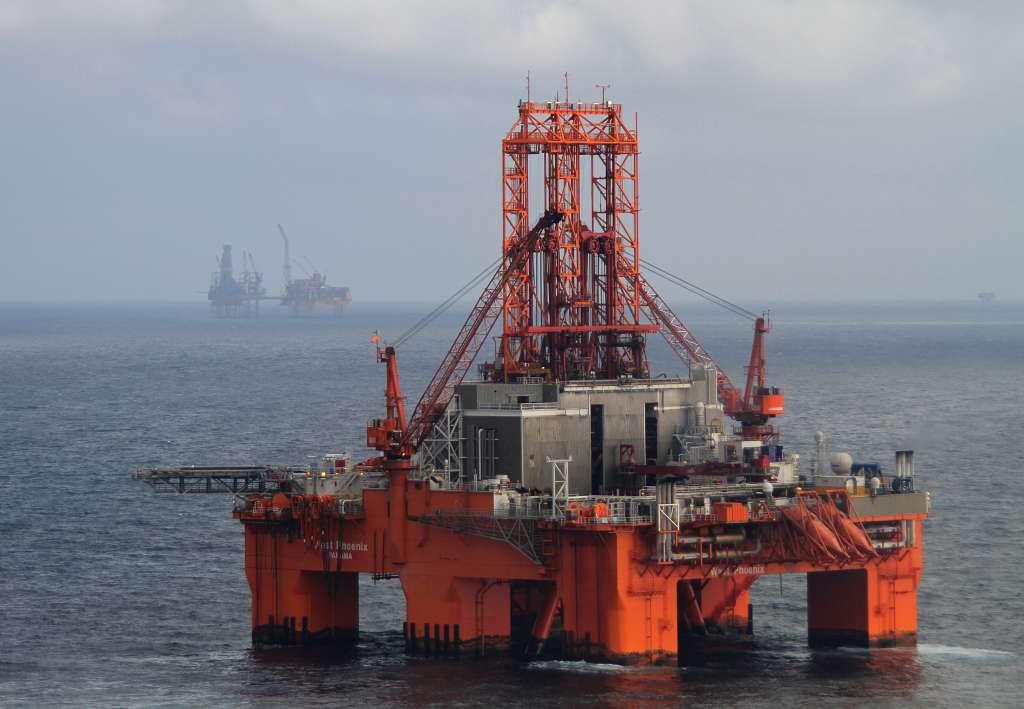 Le rig de forage West Phoenix, mobilisé pour les opérations d'intervention sur le puits G4, en attente à proximité d'Elgin le 18 avril 2012. Il est maintenant situé à proximité de la plateforme et attend que tout soit prêt pour l'injection des boues. © Total E&P UK Ltd