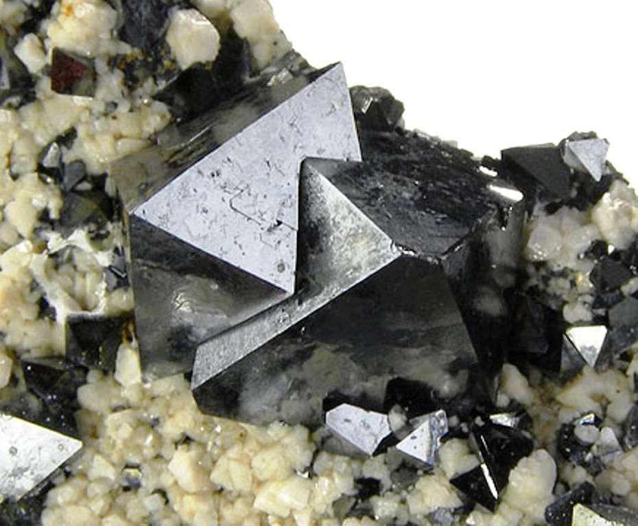 Des cristaux octaédriques de magnétite trouvés dans la région de Potosí, au sud de la Bolivie. © Rob Lavinsky-wikipédia