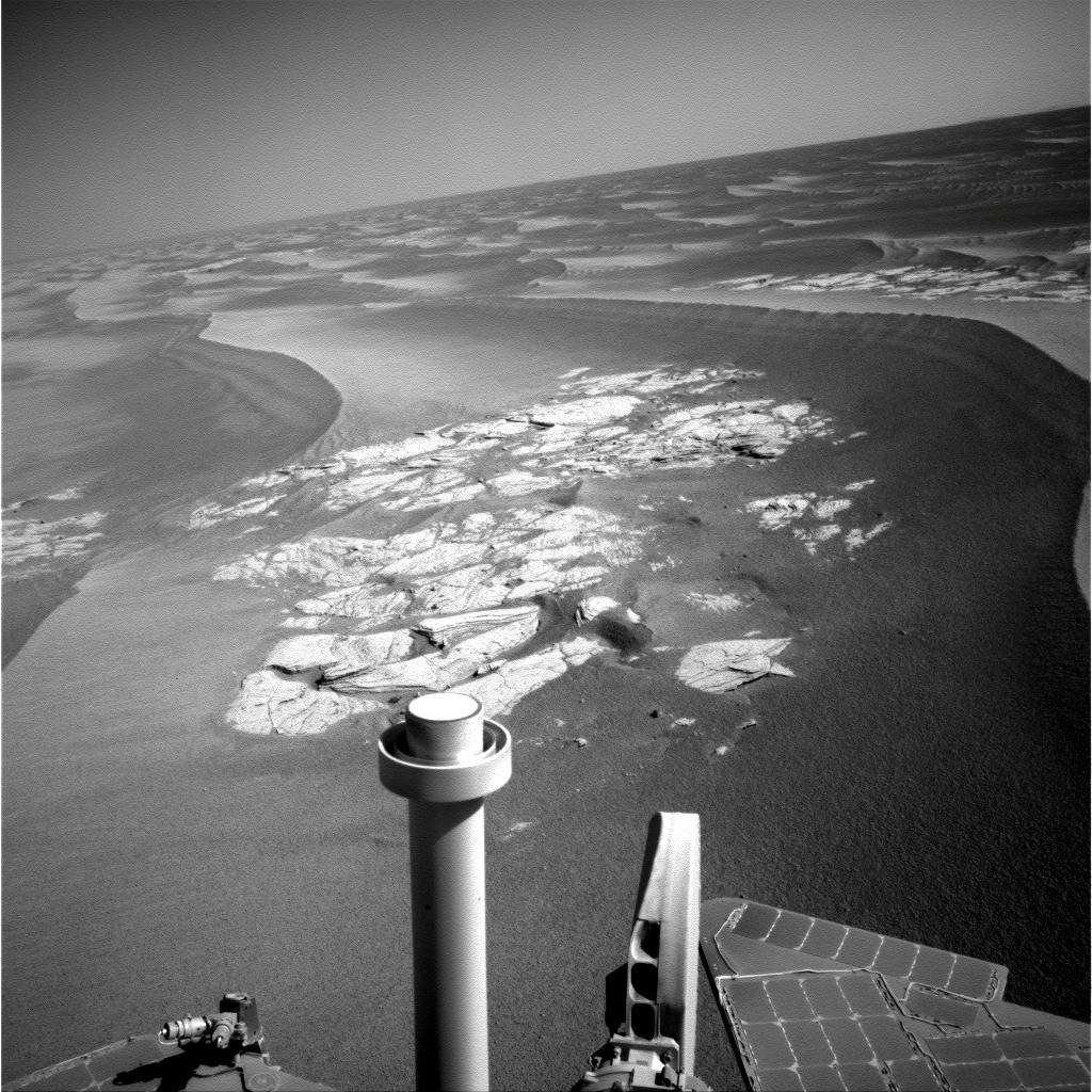 Opportunity (au premier plan) en route pour le cratère Endeavour qui pourrait nous en apprendre beaucoup sur l'histoire de l'eau. Crédit Nasa