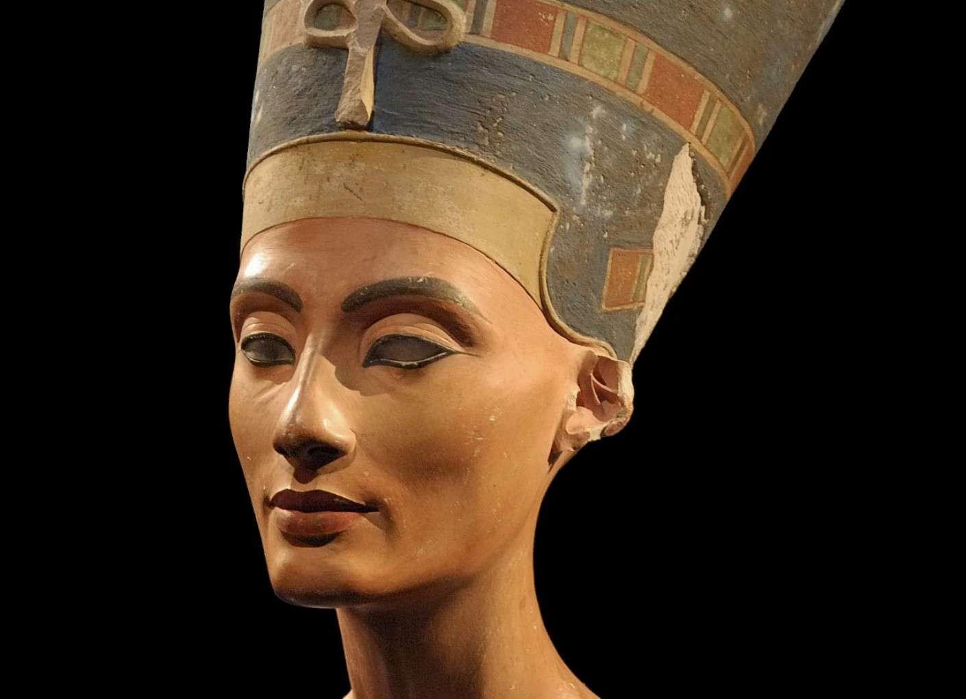 Néfertiti, dont le nom signifie « la belle est venue » ou « la parfaite est arrivée », était la grande épouse royale du pharaon Akhénaton. Elle est célèbre notamment à cause de son buste conservé au Neues Museum à Berlin. Sa momie pourrait être cachée dans le tombeau de Toutânkhamon. © xenon 77, Wikimedia Commons, CC by 3.0