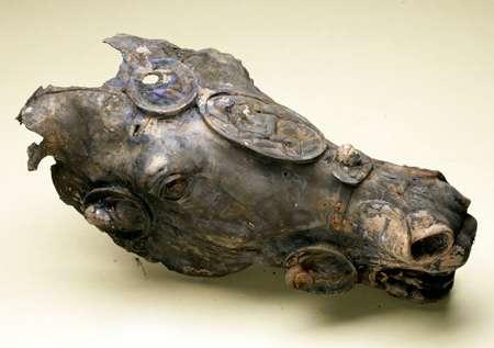 La tête de cheval porte encore les traces d'une dorure et Mars, dieu de la guerre, orne le médaillon. © Deutsches Archäologisches Institut