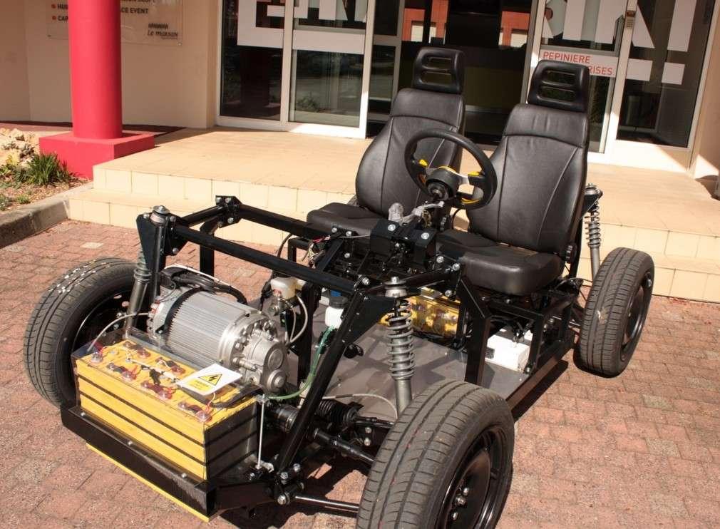 Le prototype de la voiture électrique en kit Ampool. Il s'agit pour le moment d'un modèle deux places, mais la version commercialisée en 2017 pourra accueillir quatre personnes. Le design de l'auto sera dévoilé au Salon Mondial des Transports Intelligents qui se tient le mois prochain à Bordeaux. © Aquinetic