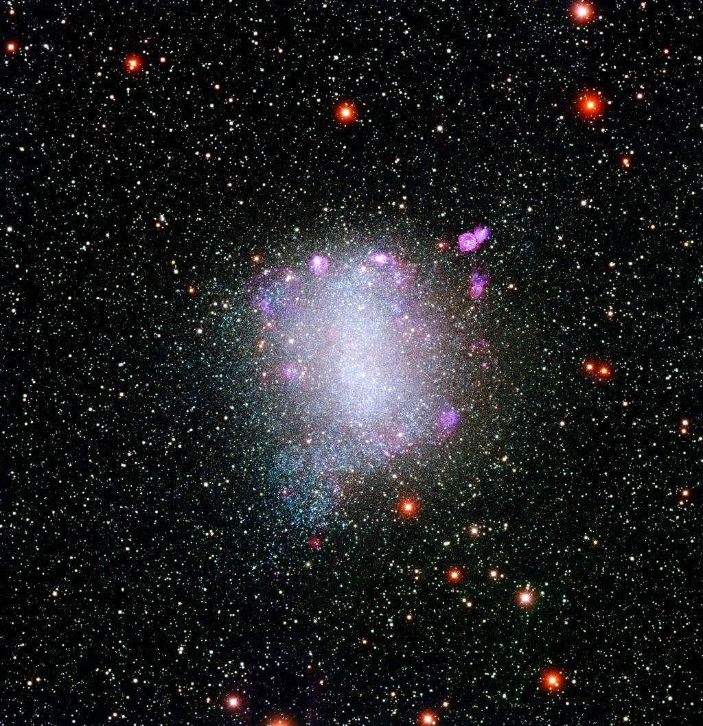 NGC 6822, également connue sous le nom de galaxie de Barnard, est située à seulement environ 1,5 million d'années-lumière, et est donc un membre de notre groupe local de galaxies. Elle fait partie des galaxies étudiées dans la cadre du projet Cosmic Flow. © Local Group Galaxies Survey Team