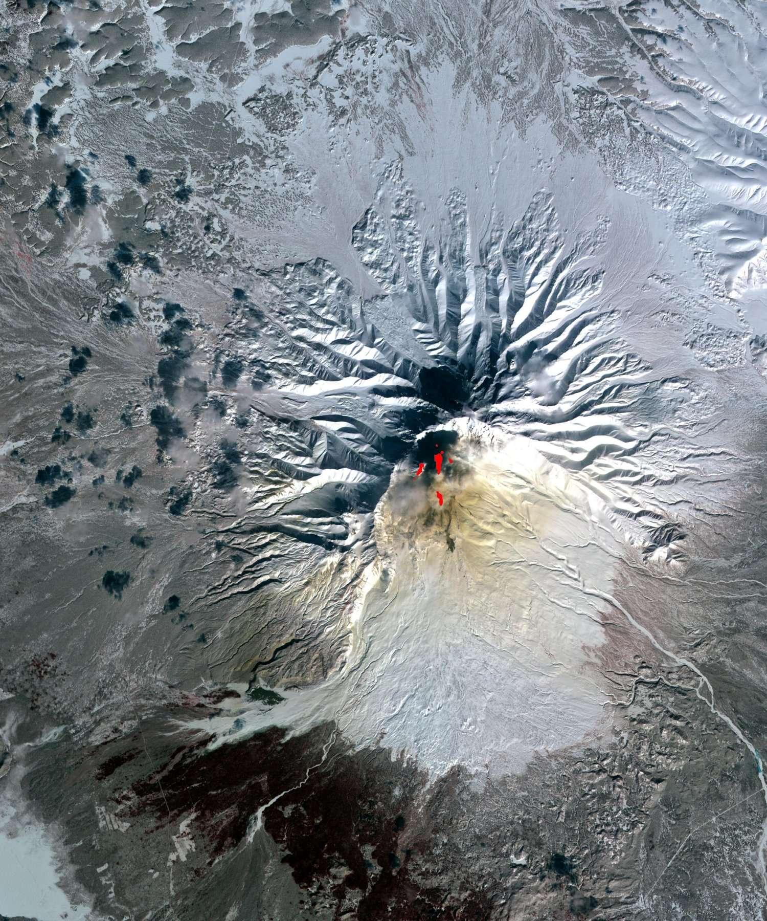 Le Chiveloutch (ou Cheveloutch), un autre volcan du Kamtchatka actuellement en éruption, ici vu sur une image composite réalisée à partir des mesures de l'instrument Aster, sur le satellite Terra. L'image date de 2010 et couvre 21,2 km par 17,7 km. Elle montre l'émission de vapeur et de cendres, ainsi que les zones du sol plus chaudes. © Nasa, GSFC, Meti, Japan Space Systems, U.S.-Japan Aster Science Team