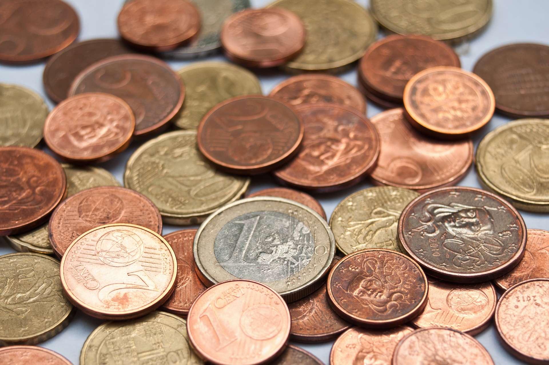 Les pièces de monnaie en euro, qui contiennent du cuivre, sont bien moins contaminées que les billets en fibre de coton. © pixarno, Adobe Stock